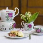 Kaffeeklatsch mit Erdbeer-Rhabarber-Crumble und Maiglöckchen